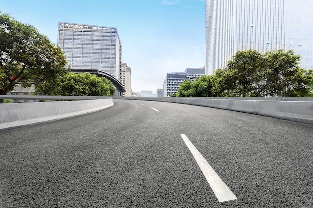 Autoroute vide avec paysage urbain de chengdu, chine
