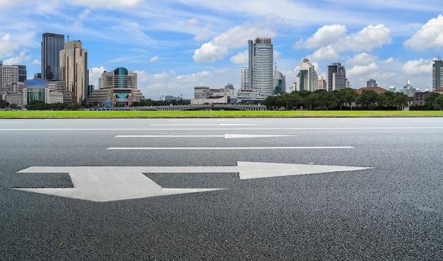 Autoroute vide avec paysage urbain de chine