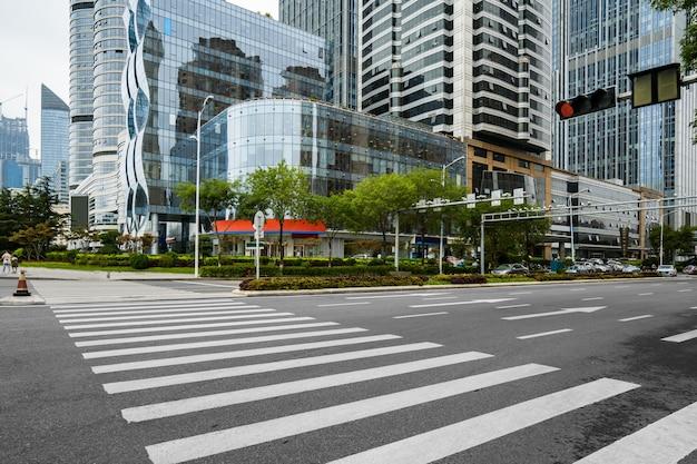 Autoroute vide avec le paysage urbain et les toits de qingdao, chine.