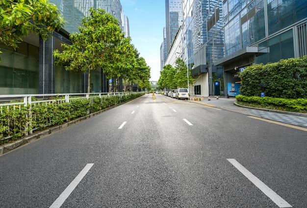 Autoroute vide avec le paysage urbain et les toits de shenzhen, chine.