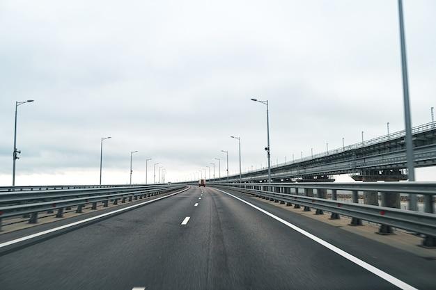 Autoroute vide avec route asphaltée et ciel nuageux