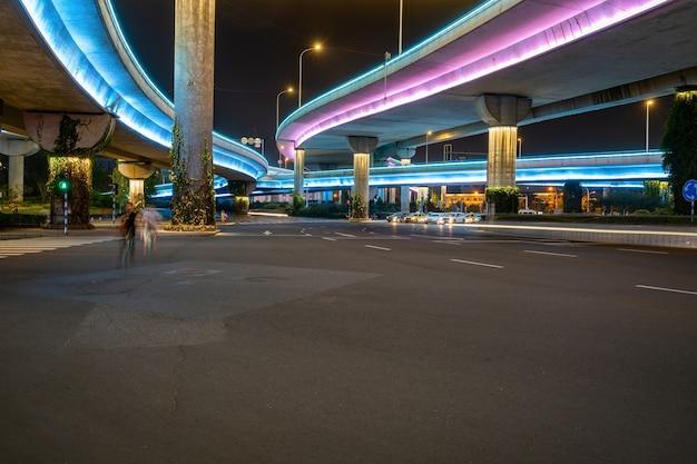 Autoroutes et viaducs la nuit