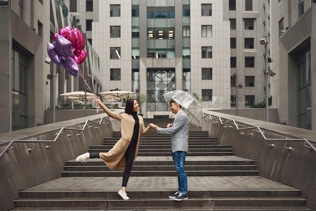 Autumn love story couple asiatique en jour de pluie froid.
