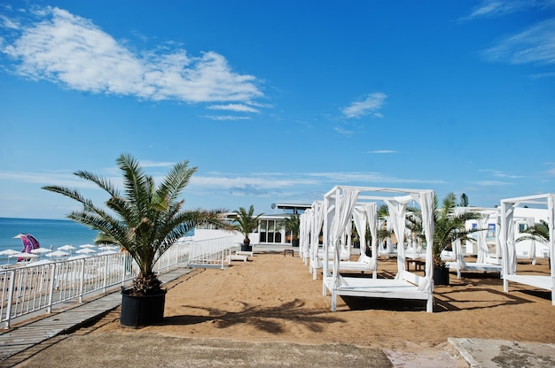 Auvent et rideaux blancs à sunny beach sur la mer noire en bulgarie. vacances de voyage d'été.