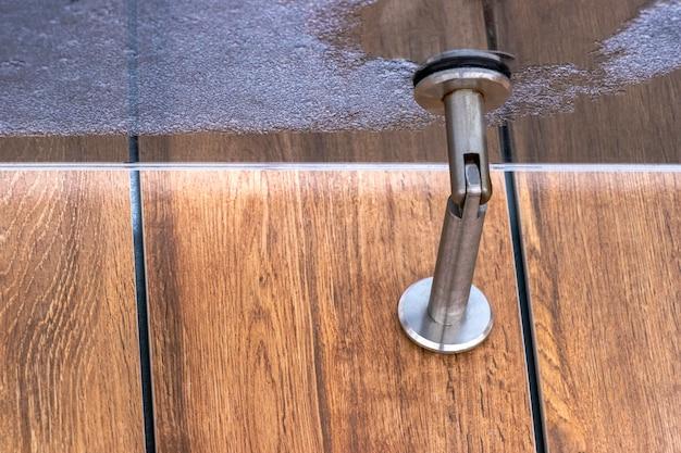 Auvent en verre au-dessus de l'entrée du bâtiment architecture moderne
