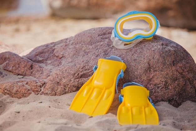 Auvents et lunettes de plongée sur une pierre