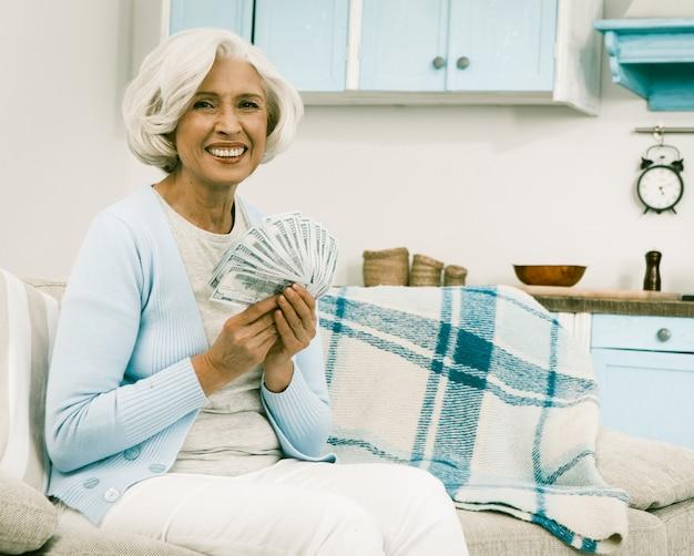 Aux cheveux blancs senior woman holding money