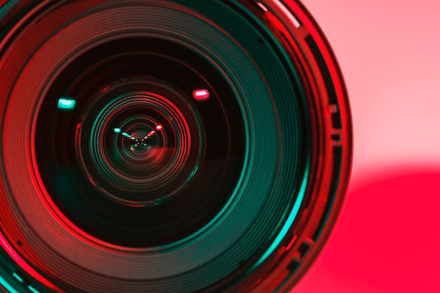 Avant de l'appareil photo à lentille et de la couleur claire des deux flashs.