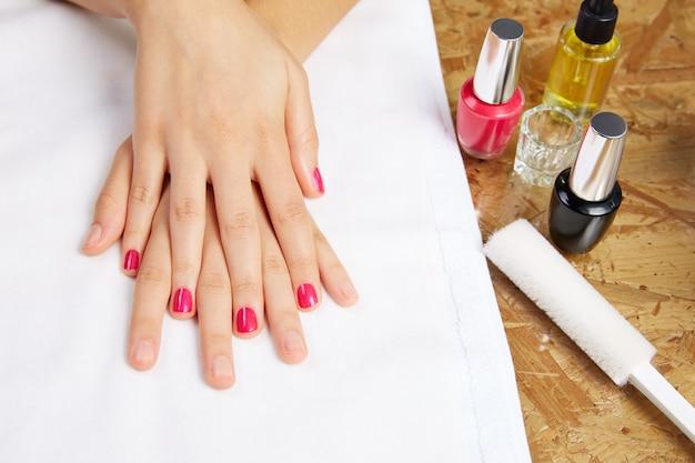 Avant et après le traitement des ongles de femme dans le salon