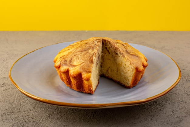 Un avant fermé vue gâteau sucré délicieux délicieux gâteau choco en tranches à l'intérieur de la plaque bleue
