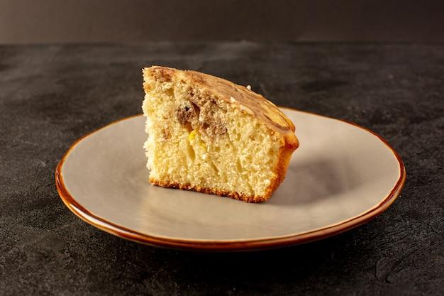 Un avant fermé vue morceau de gâteau sucré délicieux délicieux morceau de gâteau choco à l'intérieur de la plaque beige
