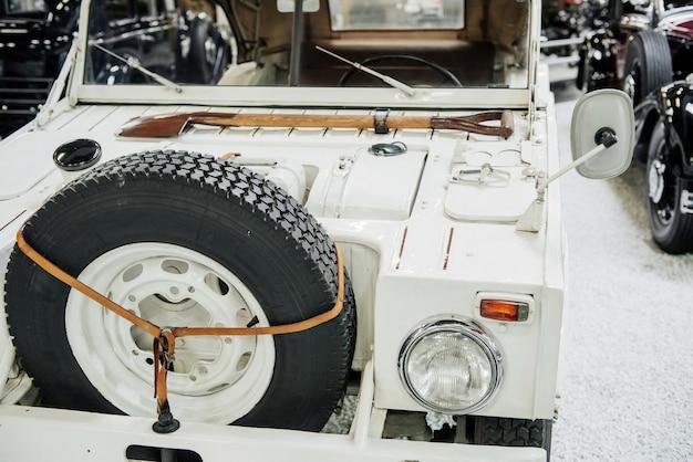 Avant de la jeep blanche avec hache sur le capot