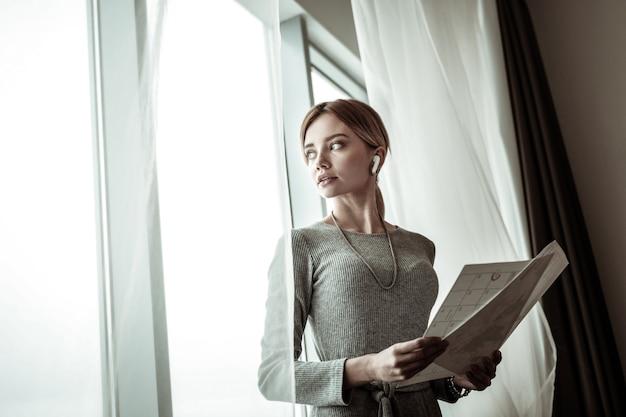 Avant la réunion. blonde femme séduisante intelligente se sentant excitée avant de partir pour une réunion d'affaires