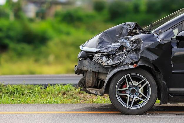 L'avant de la voiture noire est endommagé par accident sur la route