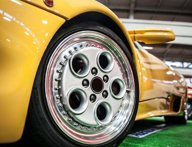 Avant d'une voiture de sport jaune