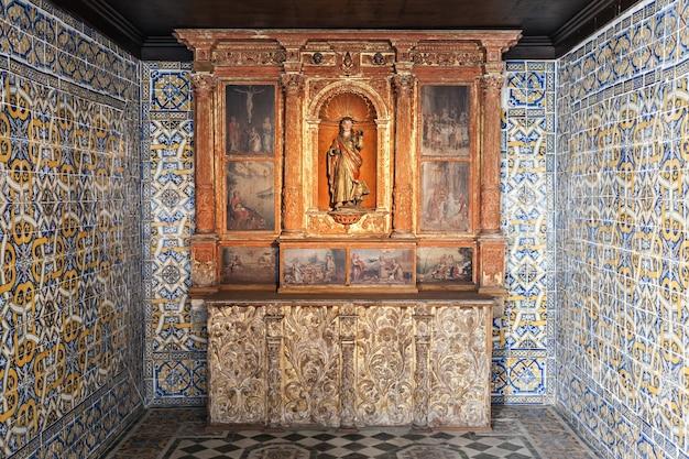 Aveiro, portugal - 02 juillet : intérieur du musée de la ville, avant connu sous le nom de couvent de jésus le 02 juillet 2014 à aveiro, portugal