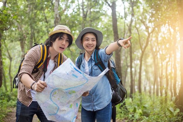 Aventure asiatique à pied avec des sacs à dos dans les bois