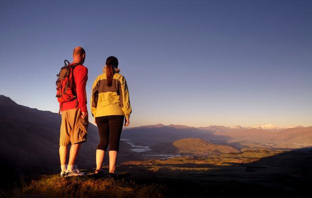 Les aventuriers profitent d'un magnifique lever de soleil à queenstown en nouvelle-zélande