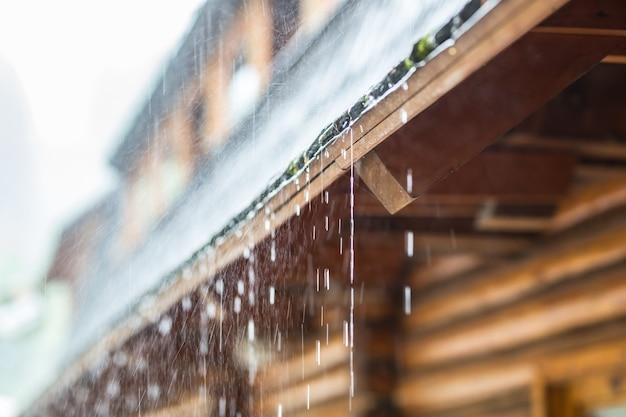 Averse dans la tempête estivale et gouttes de pluie sur le toit.