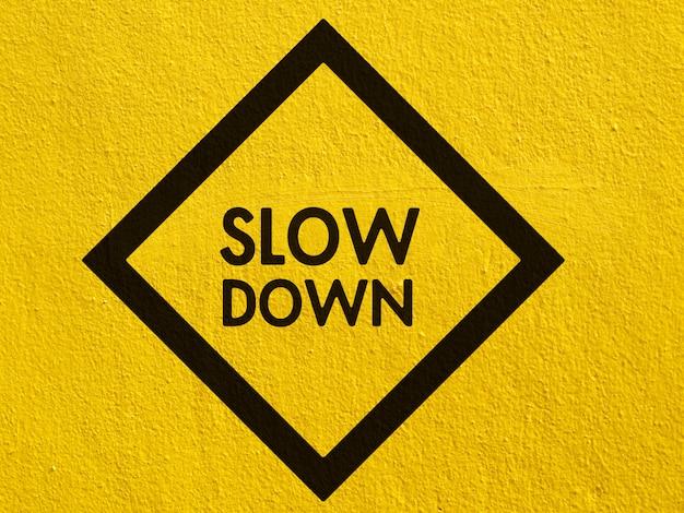 Un avertissement de circulation de cerf noir peint sur un mur de stuc à l'extérieur