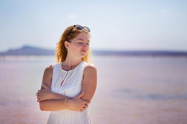 Aveuglément aller nature portrait de la fille au lac salé