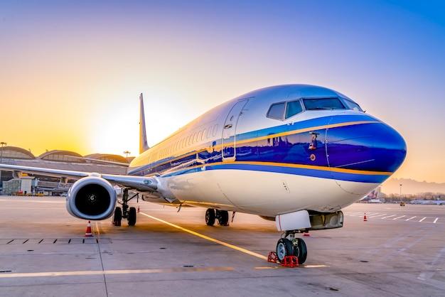 Avion d'aérodrome sur l'aire de trafic