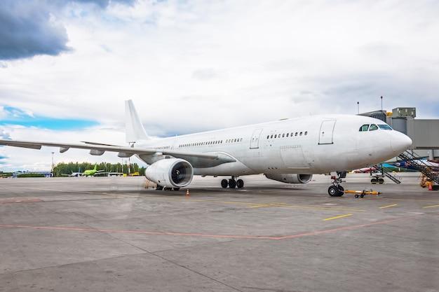 Avion à l'aéroport dans le parking avant le départ