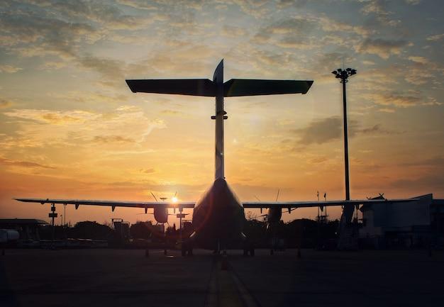 Avion à l'aéroport le matin.