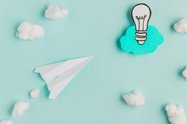 Avion et ampoule en papier copie espace