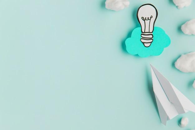 Avion et ampoule de papier