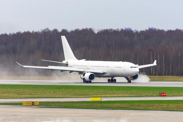 L'avion a atterri sur une piste mouillée à l'aéroport.