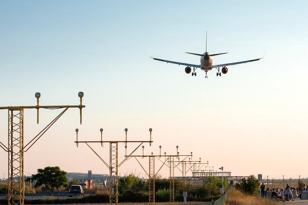 Avion atterrissant au coucher du soleil