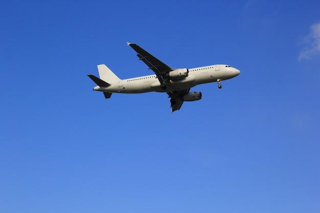 Avion avec beau ciel