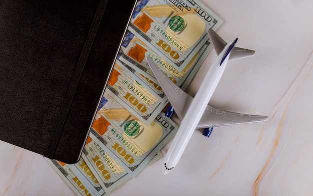 Avion blanc atterrit sur un billets de banque de l'argent le plus dominant du dollar américain