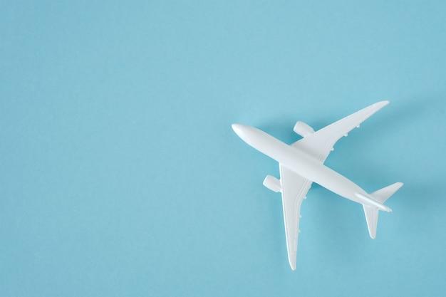 Avion blanc sur fond bleu vue de dessus