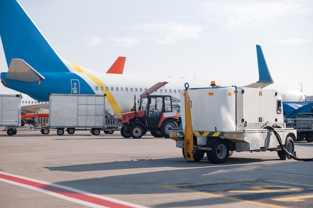 Avion blanc à la station de ravitaillement de l'aéroport à l'extérieur pendant la journée. avion. avion, expédition, concept de transport