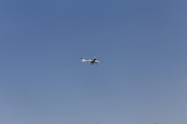 Avion blanc volant dans le ciel bleu