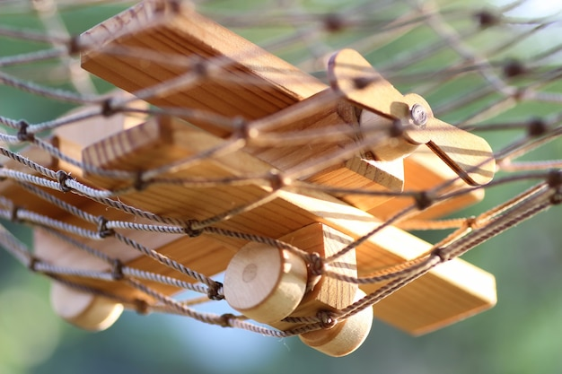 Avion en bois au sol extérieur