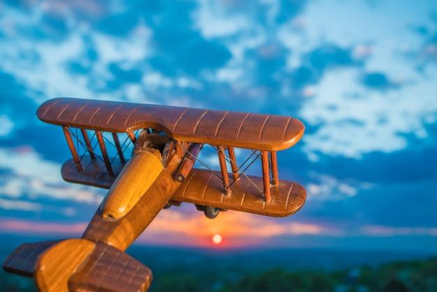 L'avion en bois sur fond de coucher de soleil