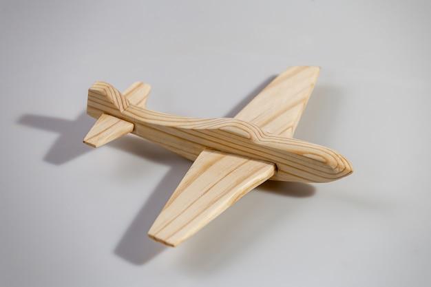Avion en bois sur une surface blanche