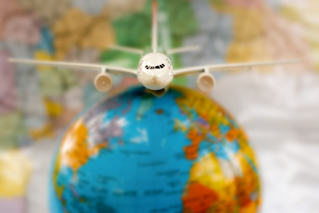 Avion sur la carte du monde.