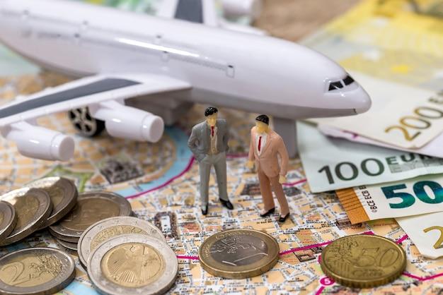Avion avec carte euro et jouet miniature