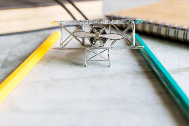 Avion de chasse avec concept de planificateur d'apprentissage de l'éducation de crayon de couleur.