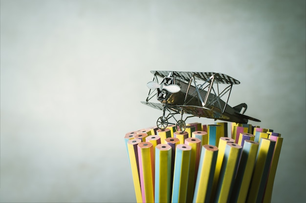 Avion de chasse sur crayons étudiant studieux, éducation,.