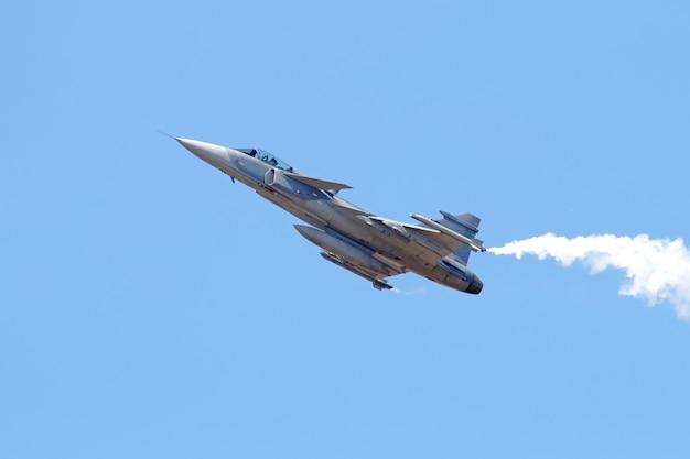 Avion de chasse militaire sur ciel bleu