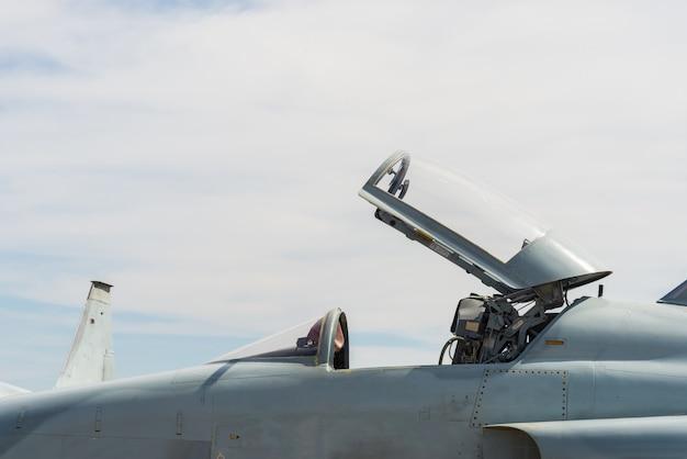 Avion de chasse stationné.