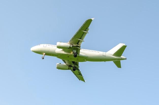 Avion sur un ciel bleu clair