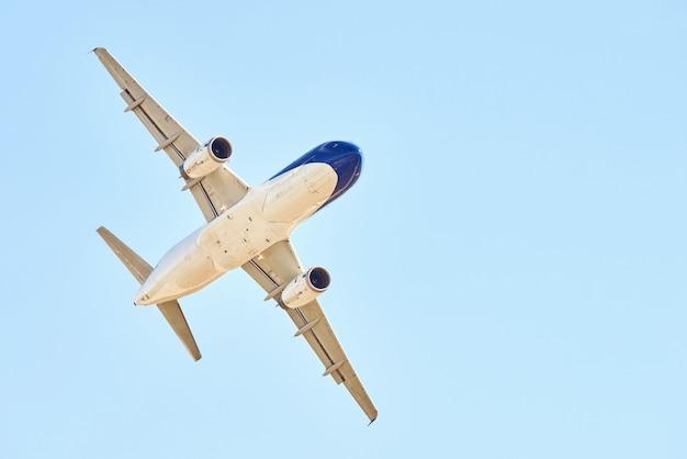 Avion sur ciel bleu