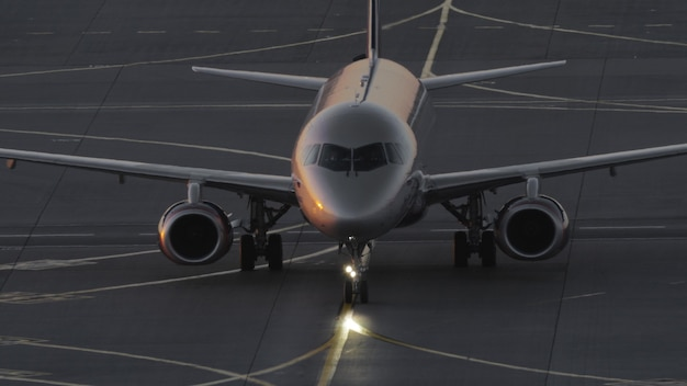 Avion circulant à l'aéroport au crépuscule
