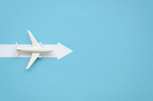 Avion de copie-espace avec une flèche pour la direction